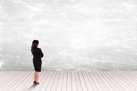 femme dessin: homme d'affaires regardant sur le mur blanc