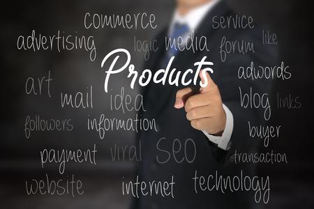 Hombre de negocios apuntando opciones de productos comerciales