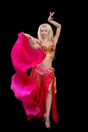 bailarinas arabes: chica baila la danza oriental de fondo Negro Foto de archivo