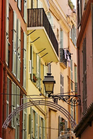Farbe: Monaco, picturesque oldtown alleyway, French Riviera, Europe