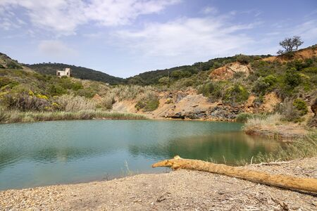 farbe: Porto Azzurro, der kleine See von Terranera entstand durch den Abbau von Erzen, Elba, Toskana, Italien -  Porto Azzurro, the small lake of Terranera, Elba, Tuscany, Italy