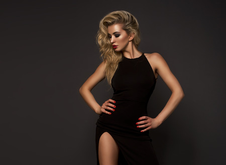 silhouette feminine: Femme blonde mignonne dans une superbe robe