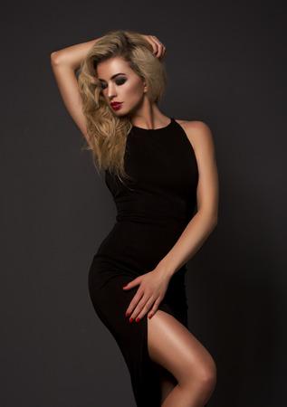 Cute blonde vrouw in een prachtige jurk