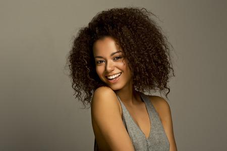 femme noire nue: Portrait d'une belle jeune bonheur naturel souriant femme africaine
