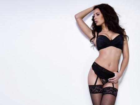 femme en sous vetements: Belle brune jeune femme en lingerie sexy