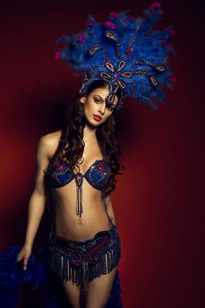 danseuse: Brune sensuelle porter danseuse Costume Samba Banque d'images