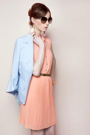 colores pastel: Retrato de la mujer hermosa de la manera en la estilización en colores pastel Foto de archivo
