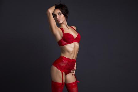 mujer morena sensual con un cuerpo perfecto posando en ropa interior