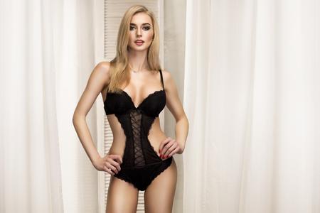 modelos desnudas: Blone romántica joven posando en ropa interior atractiva. foto del interior