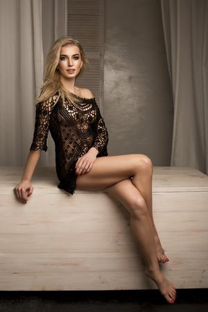 ragazza nuda: blone Romantico giovane donna in posa in lingerie sexy. Indoor foto