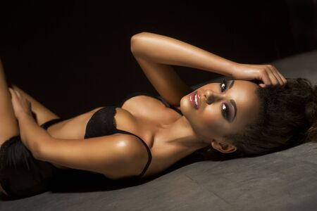 schwarze frau nackt: Porträt einer schönen jungen afrikanischen sexy Frau