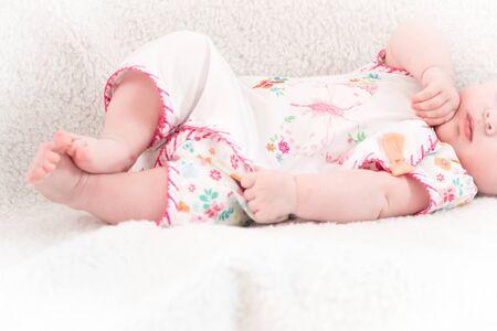 Neugeborenes liegt im Bett