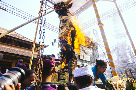 origen animal: Bali, Indonesia - 8 de mayo: pueblo balinés participar en la ceremonia de cremación real en Ubud, Bali el 8 de mayo, el año 2016