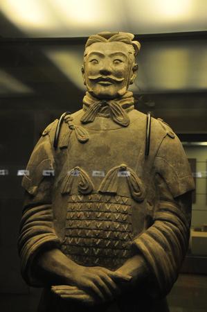 2012 年 12 月、西安市、陝西省、中国の秦の立っているテラコッタ戦士