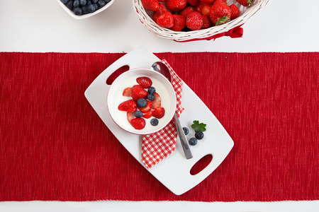 Sommer: Fresh strawberries with yoghurt Stock Photo