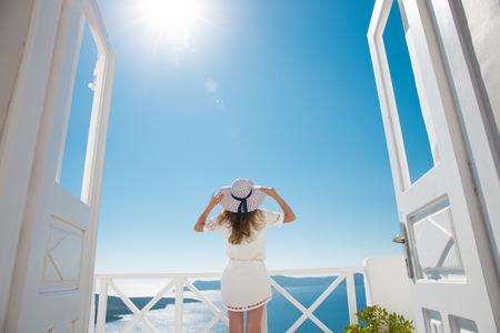 Mooie vrouw in witte jurk op Santorini in Creta