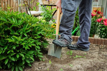Een jonge man aan het werk in de tuin