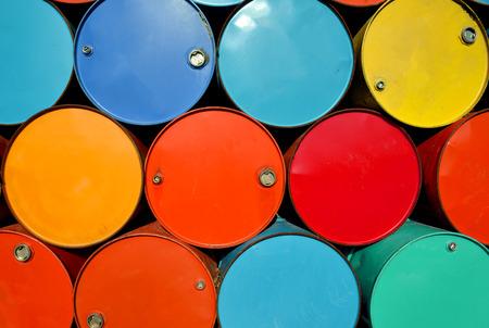kleurrijke oude olietanks na uesd bij outdoor junk place foto in zonlicht. Stockfoto