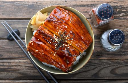 L'anguille japonaise grillée au riz ou Unagi Don s'est mise sur une assiette de style japonais avec éclairage de studio.