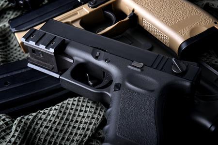 미국 군대에서 권총 자동 짧은 손으로 총 저조 및 어두운 그림자 개념에서 배경 사진을 소품. 스톡 콘텐츠