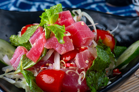 Spicy salad tuna in Thai style serve. 版權商用圖片