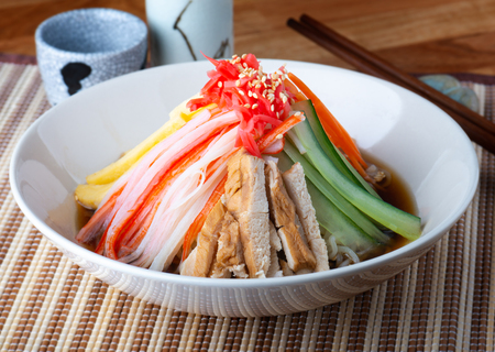 Chinese mixed noodle or Japanese hiyashi chuuka serve. Imagens