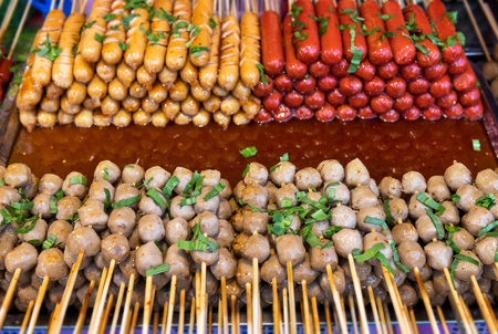 Street skewer food in Thailand style photo with outdoor low lighting. Stockfoto