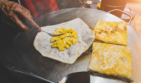 Indian street food roti sweet snack on the iron plate with night lighting. 版權商用圖片 - 163963441