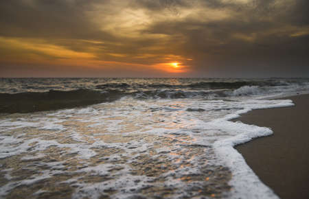 Lanscape of sunset sky beach and sea wave  with outdoor low lighting and dark shadow. 版權商用圖片 - 163963171