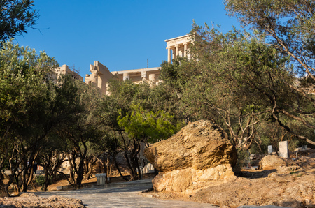 View of Propylaea entrance to Acropolis in Athens, Greece against clear blue sky and greenery 版權商用圖片