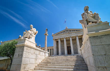 Marble statues of Plato and Socrates, ancient Greek philosophers, in chairs, main entrance to Academy of Athens, national research center, Greece. Stockfoto