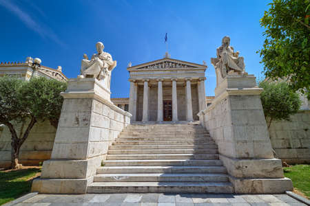 Marble statues of Plato and Socrates, ancient Greek philosophers, in chairs, main entrance to Academy of Athens, national research center of Greece. Banque d'images