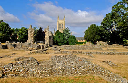 Bury St Edmunds Cathedral and The ruins of The Old Abbey. Фото со стока