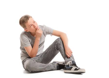 El adolescente está pensando y mirando hacia arriba, aislado en blanco Foto de archivo - 20640264