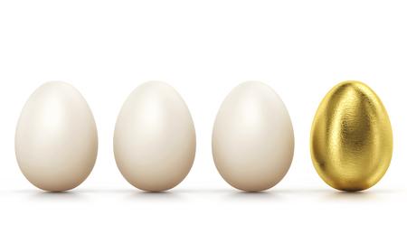 Ein goldenes Ei unter den üblichen Hühnereiern in Reihe, isoliert auf weiss. Konzept des Erfolgs. Standard-Bild