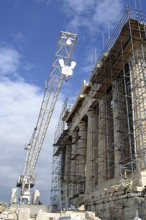 El Pante�n en la Acr�polis de Atenas en construcci�n. El tiempo est� bien, pero se ciernen nubes oscuras a lo lejos. Foto de archivo - 17759943