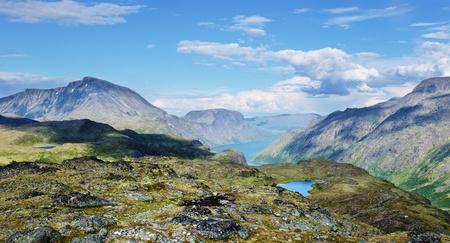 supposedly: Sguardo panoramico nel parco nazionale di Jotunheimen in Norvegia Il Gjende, presumibilmente uno dei laghi pi� belli della Norvegia, si vede sullo sfondo