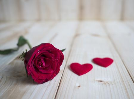 romance: Una rosa roja y forma de corazón en el fondo de madera para el concepto del amor, día de San Valentín Foto de archivo