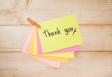 """agradecimiento: Ortograf�a palabra """"Gracias"""" en el papel nota de color con fondo de madera"""