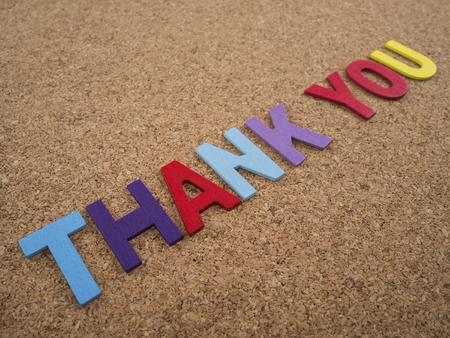 """agradecimiento: Ortograf�a palabra """"Gracias"""" en el fondo tablero de corcho Foto de archivo"""