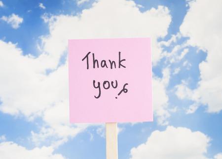 """agradecimiento: Palabra """"Gracias"""" en la nota de papel de colores con fondo de cielo azul"""