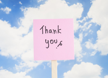 agradecimiento: Word Thank you on colorful note paper with blue sky background