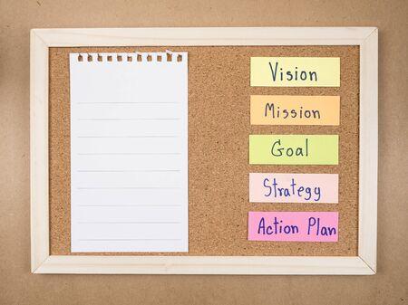 """plan de accion: Palabra """"Objetivo Misi�n Visi�n Plan de Acci�n de la Estrategia"""" y el bloc de notas en blanco en el tablero de corcho (Concepto de negocio)"""