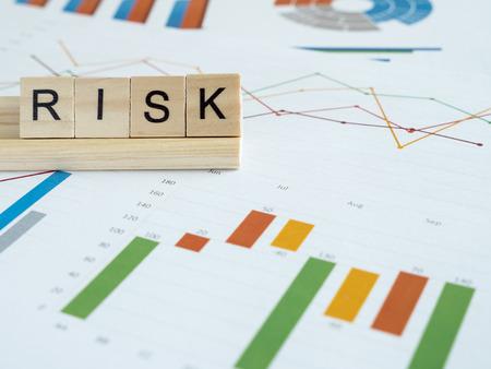 Woord spellen Risico over grafiek en grafiek rapport in de tabel (bedrijfsconcept)