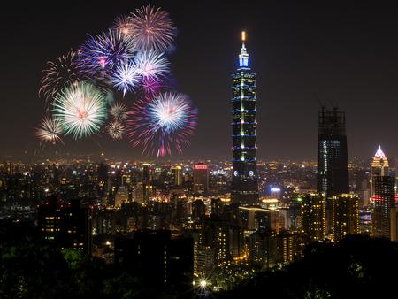 台北の街並みのナイトライフビューを備えた花火。夕暮れ時の台湾の街のスカイライン、視点から公共のシーン。