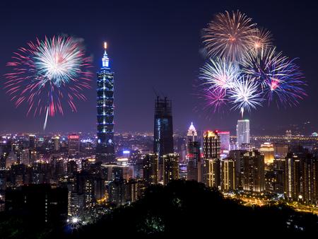 Fuochi d'artificio con vista sulla vita notturna di paesaggio urbano di Taipei. Orizzonte della città di Taiwan a tempo crepuscolare, scena pubblica dal punto di vista.