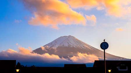 Close up of Fuji Mountain and cloud over the blue sky in the evening at Kawaguchiko Lake, Yamanashi, Japan 版權商用圖片
