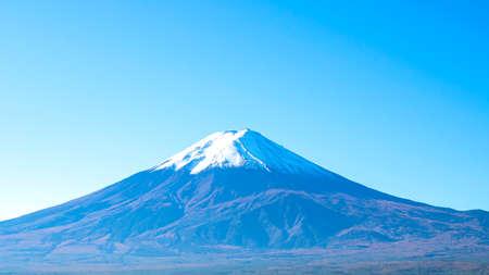 Close up of Fuji Mountain over the blue sky at Kawaguchiko Lake, Yamanashi, Japan 版權商用圖片