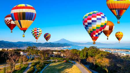 Landscape of Fuji Mountain and Shimizu Industrial Port with colorful hot air balloon over blue sky at Nihondaira, Shizuoka, Japan 版權商用圖片