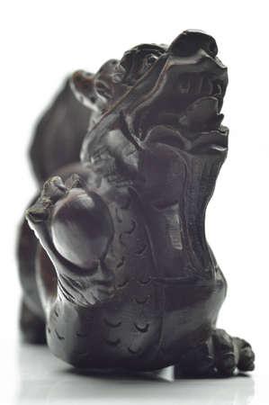 bois �b�ne: Le dragon chinois en bois d'�b�ne, gros plan sur fond blanc